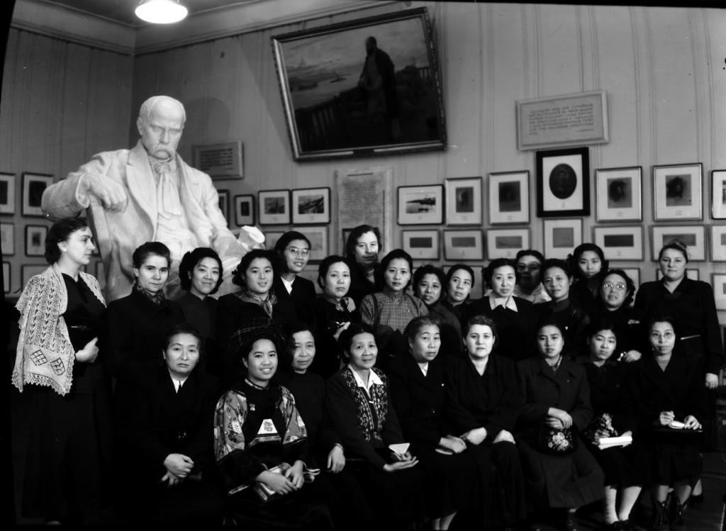7276 (1) Делегація переводих жінок Китаю в Держ.музей Шевченка в 1953р.